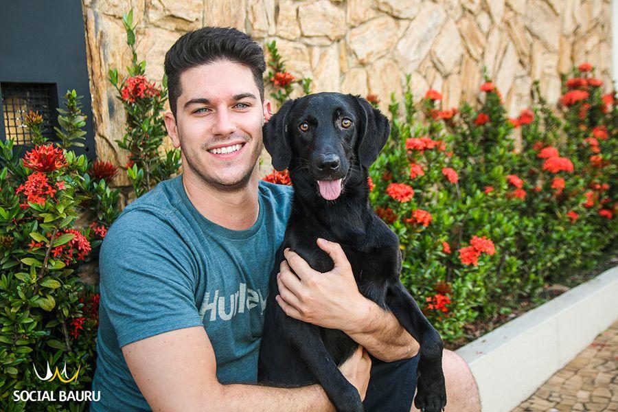 Thiago encontrou sua cachorra Luciana magra e suja. Hoje, ela está linda e saudável