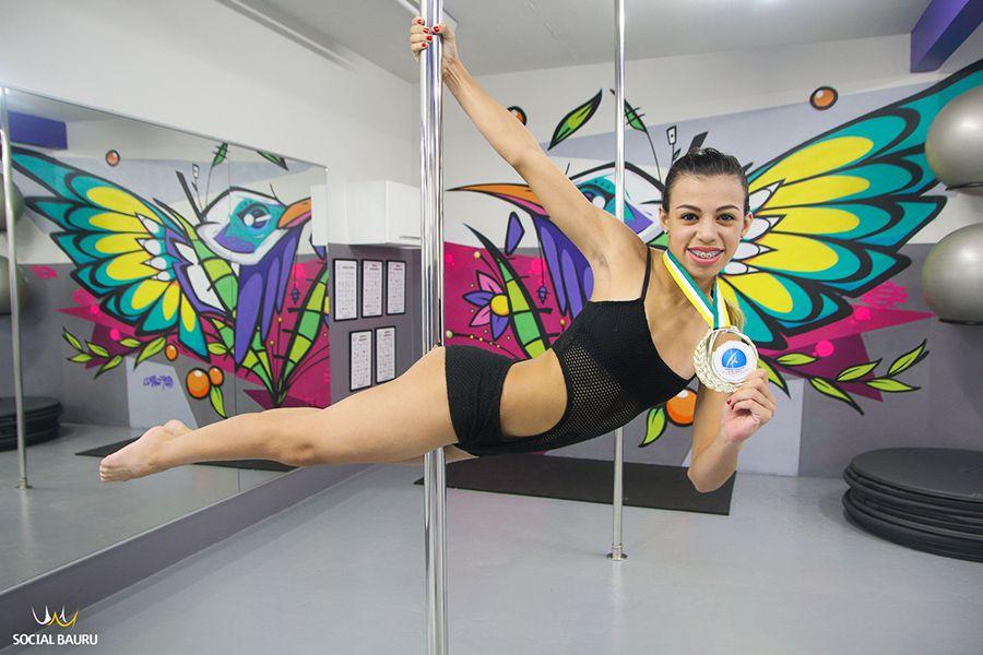Nicolly Santana tem 13 anos e foi campeã do campeonato brasileiro de pole dance