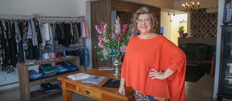 Costurando desde os 13 anos, empresária lança marca exclusiva plus size em Bauru