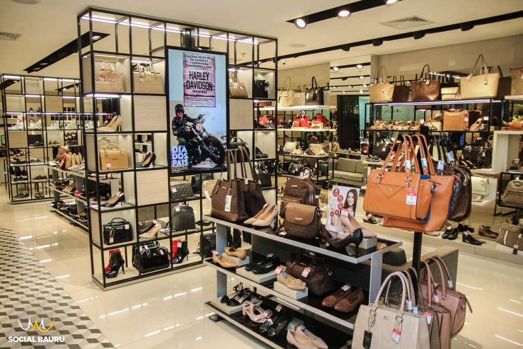 9c06528ecc8f Hoje, uma potência no ramo das lojas de sapatos, a Oscar Calçados teve  início em 1982, quando o empreendedor José Oscar Constantino criou uma  pequena loja ...