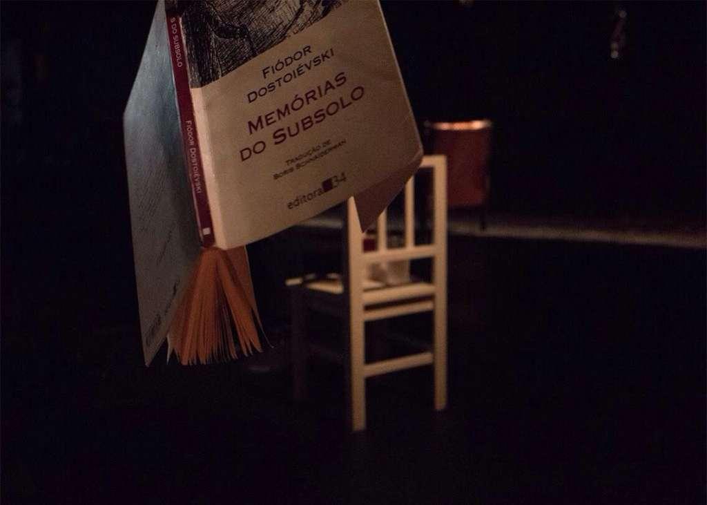 A peça trata sobre as incertezas relacionadas ao ocorrido e questiona a falta de soluções para o crime.