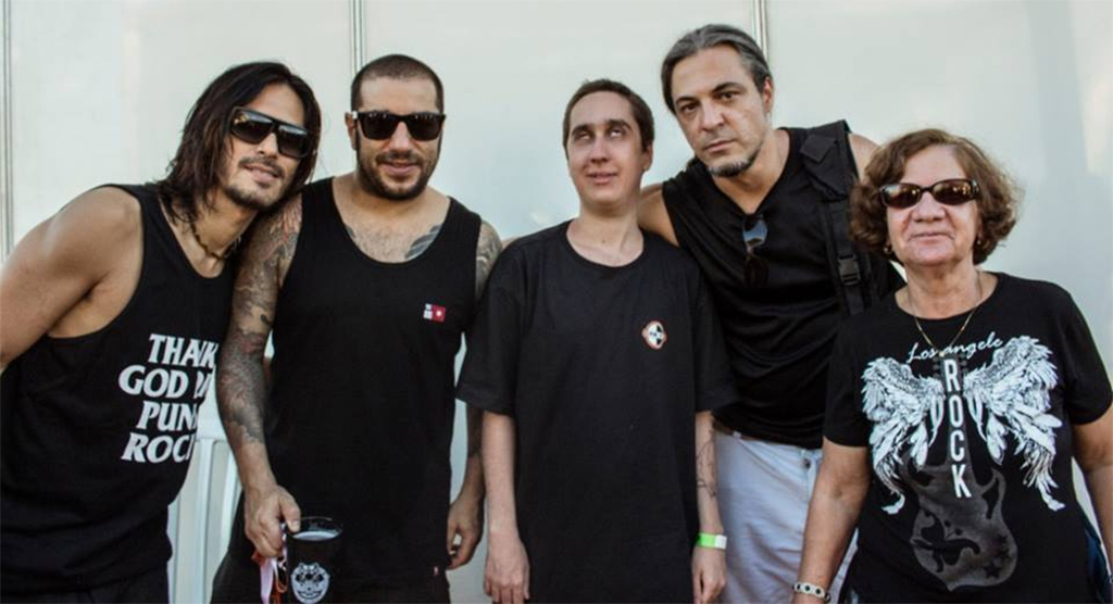 No caso de Basílio Santana, a deficiência visual não é empecilho algum para acompanhar sua banda do coração: CPM 22, que acompanha desde muito novo.